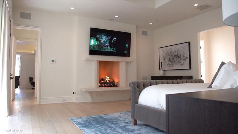 A tágas térhez tartozik egy romantikus hangulatot biztosító kandalló, és természetesen egy televízió is.