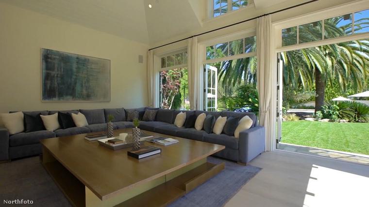 A természethez közel pedig itt a negyedik nappali is, feltűnően hosszú kanapéval.