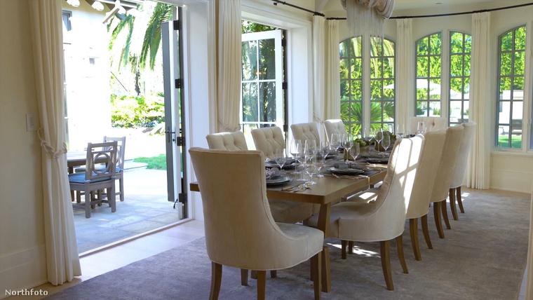 Íme az étkező szép, nappali fényben, ahol akár tíz ember is kényelmesen elfér.