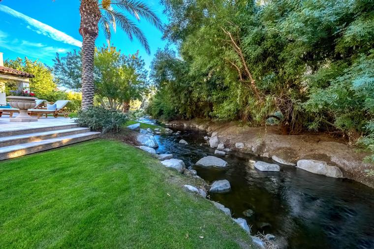 A birtok számos különlegessége közül az egyik ez a patak, ami már önmagában is megdobja a luxusingatlan árát, de haladjunk csak szépen sorjában.