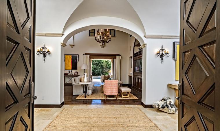 Most pedig lépjünk be a hatalmas otthonba, ahol sem a berendezésen, sem a dekoráción nem spórolt a jelenlegi tulaj.