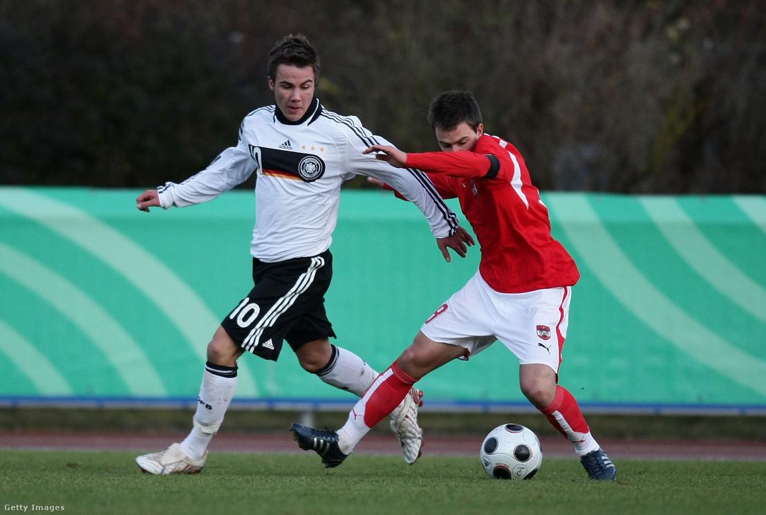 Mario Götze és Tobias Kainz küzd a labdáért a 2008-as Ausztria–Németország U17-es barátságos mérkőzésen Donauwörthben