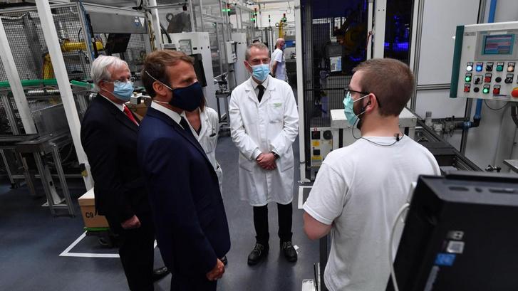 Emmanuel Macron a Valeónál tett gyárlátogatása kapcsán jelentette be az autóvásárlási támogatásra vonatkozó terveket