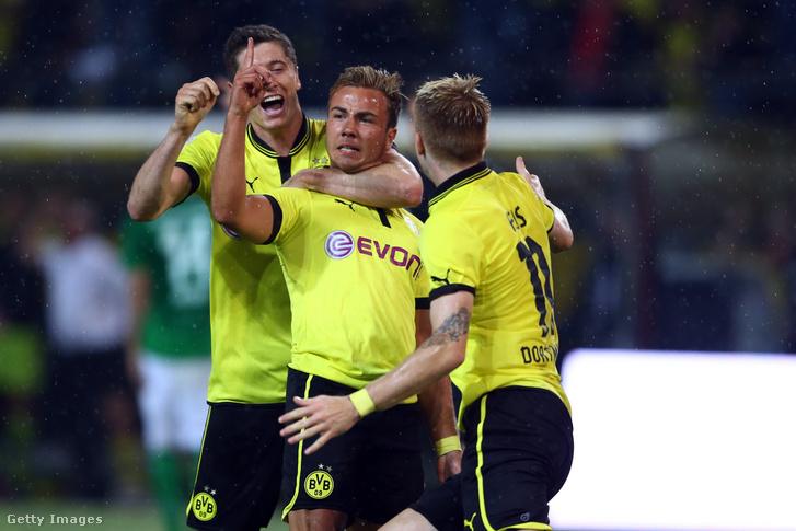 Mario Götze (középen) ünnepli gólját Robert Lewandowskival és Marco Reusszal a Borussia Dortmund–Werder Bremen 2012-es mérkőzésén Dortmundban