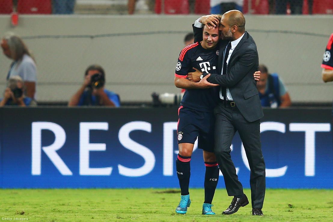 Pep Guardiola és Götze ölelik meg egymást az Olympiakosz–Bayern München Bajnokok Ligája-mérkőzés után 2015. szeptember 16-án Pireuszban