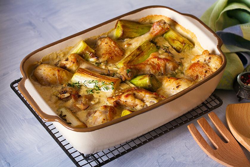 Tejszínes szószban sült csirkecomb és póréhagyma – A páctól omlós és nagyon finom lesz a hús