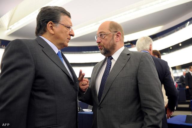 Manuel Baroso és Martin Schulz, az Európa Parlament elnöke beszélgetnek közvetlenül Barroso felszólalása előtt