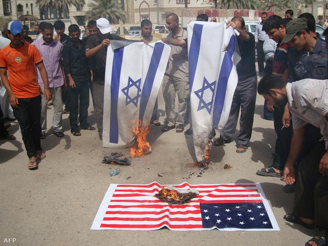 Iraki síita csoport izraeli zászlókat éget a Kut városában szervezett demonstráción, ahol a muszlimokat kifigurázó amatőr videó ellen tiltakoznak.