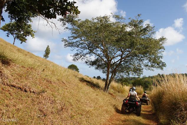 Konvojban haladunk a száraz domboldalon
