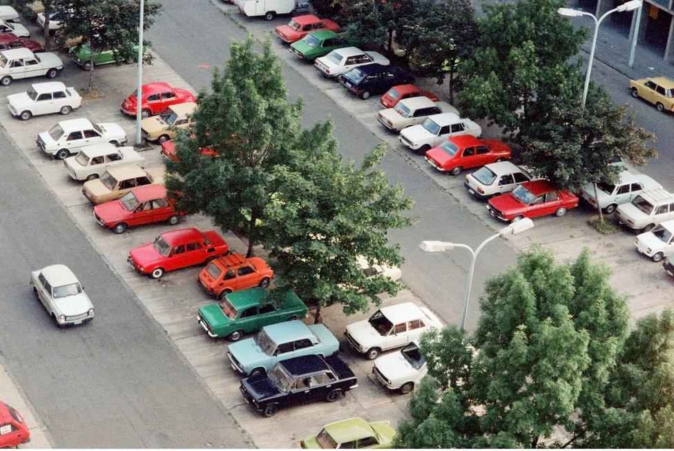 Budapest, 1990. A Miklós téri parkoló az Óbudai lakótelepen, a III. kerületi pártház                         tőszomszédságaban