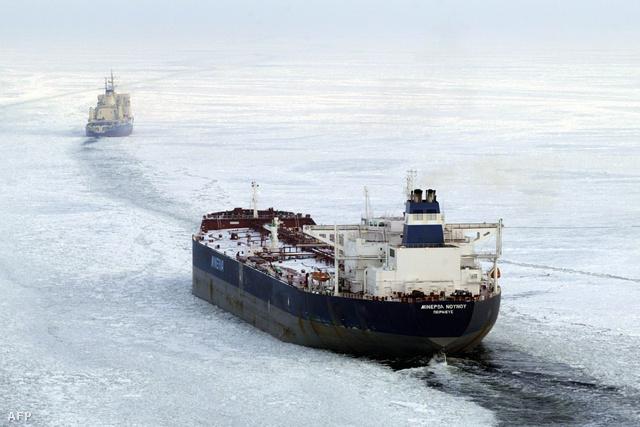 A Jermak orosz jégtörő mutatja az utat egy teherszállító hajónak az északi-tengeren