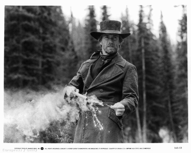 Clint Eastwood egy rúd dinamittal a kezében, az 1985-ös Fakó Lovas c. filmjében.