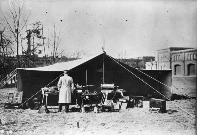 Szabadtéri röntgengép tesztüzemben egy német táborban, az első világháborúban.