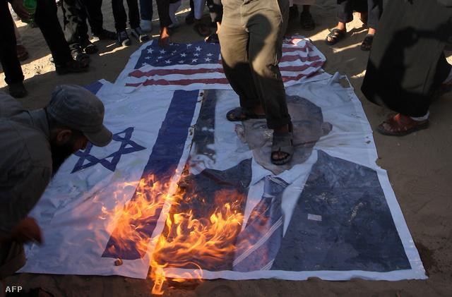 Zászlót égetnek tüntetők a gázai övezetben.