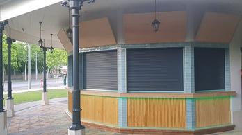 Lambéria és műanyag redőny - így alakították át a Városliget egyik pavilonját