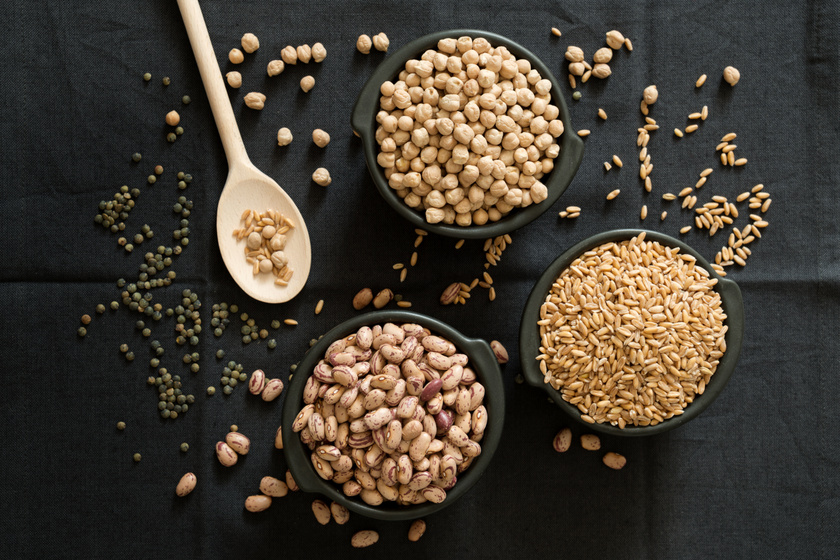 Az ösztrogének egy fajtája, a fitoösztrogének két csoportra oszthatók: a lignánok főleg zöldségekben és teljes kiőrlésű gabonában, az izoflavonok pedig hüvelyesekben és gabonafélékben találhatók meg nagy számban. Megfigyelték, hogy ezek gyakori fogyasztása enyhíti a menopauza tüneteit.