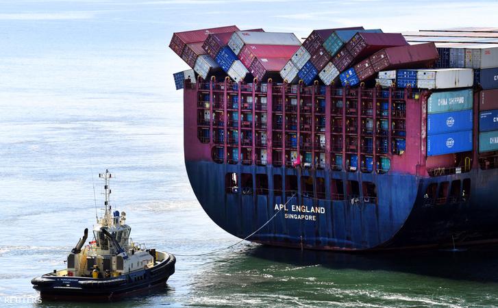 Összedőlt konténerek az APL England konténerszállító hajón Brisbane-nél 2020. május 27-én