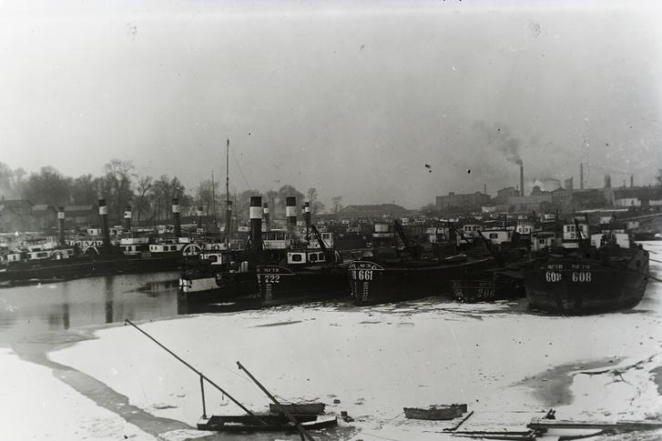 Újpesti-öböl, balra a Népsziget, jobbra a Váci út. MFTR uszályok téli pihenőn, 1916-ban