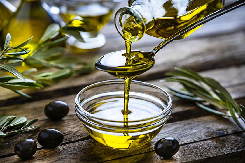 Az olívaolaj az egyik legegészségesebb növényi zsírforrás, de a szakértők szerint ennek a beszerzésénél a minőség sokkal fontosabb, mint annak ökológiai tulajdonságai. Válassz olyat, amit sötét színű üvegben óvnak a napfénytől, és lehetőleg extra szűz legyen, ugyanis ezeket nem kezelik mesterséges anyagokkal.