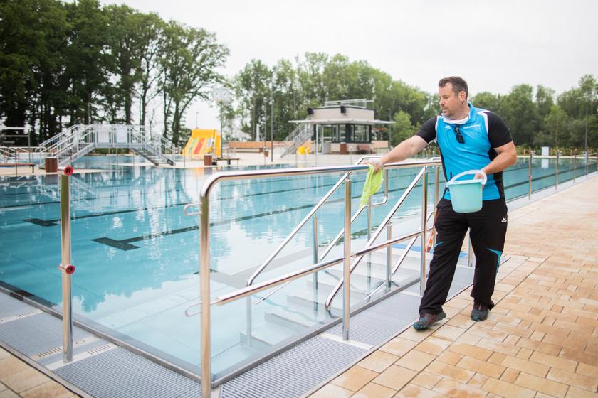 A medencék korlátjait fertőtlenítik a németországi Ochtrup város fürdőjében.