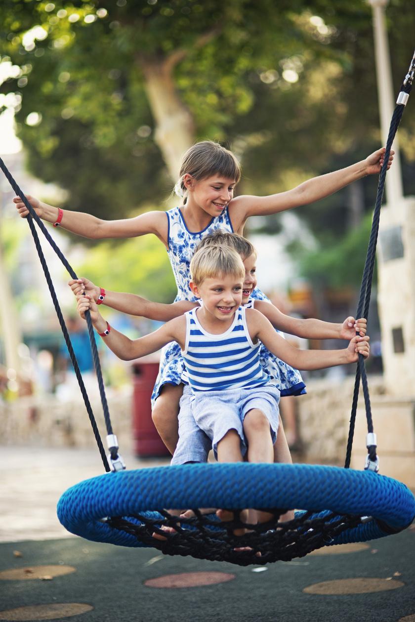 gyerekek hinta játszótér nyár