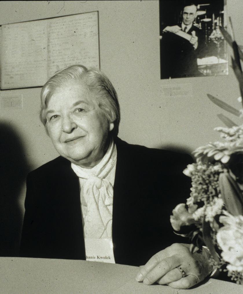 A golyóálló mellényekhez is használt extra erős kevlárt Stephanie Kwolek vegyész fejlesztette ki. A DuPont cégnél dolgozó asszony 1963-ban jött rá, hogyan is erősítheti meg az eszköz anyagát. Innovációját ma már nemcsak a mellénynél, hanem többek között függőhídkábeleknél és fékbetéteknél is alkalmazzák.