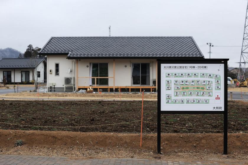 Új lakóhely épülését jelző tábla látható egy építkezésen - a képet 2020. február 27-én, Okuma városában készítették.