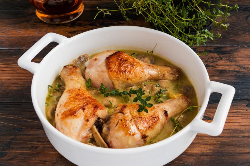 Fokhagymás, mustáros mártásban sült tepsis csirkecomb: szaftos és omlós lesz a hús