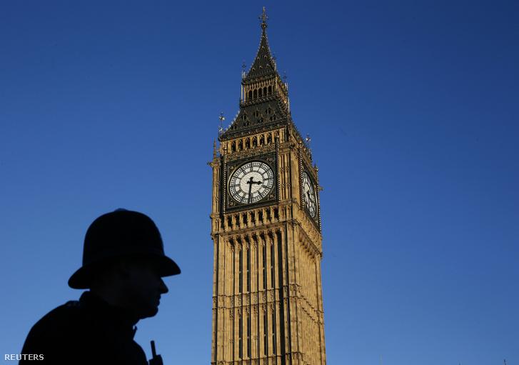Rendőr sziluettje a Big Bennél