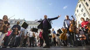 Budapesti társasházak udvarán, ingyen fog koncertezni a Fesztiválzenekar
