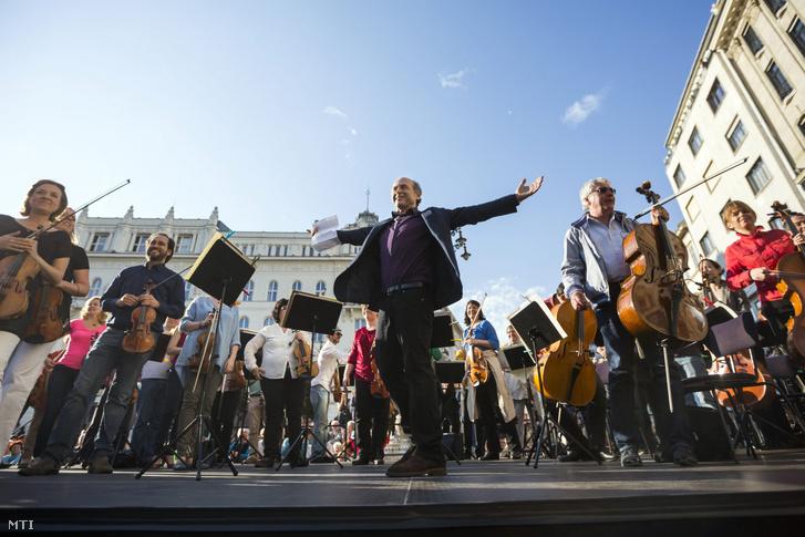 Fischer Iván a Budapesti Fesztiválzenekar flashmobján a budapesti Vörösmarty téren 2016. május 7-én