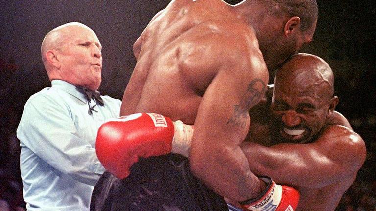 Tyson kétszer is harapott a boksz legnagyobb botránymeccsén