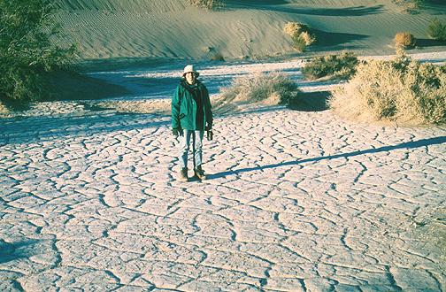 Primitív mozaikot alkotó iszaprepedések a kaliforniai Halálvölgyben