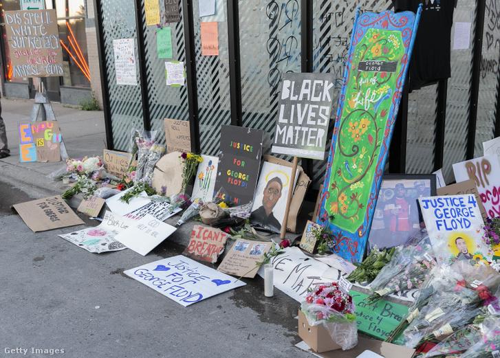Virágok és megémlekező táblák a gyilkosság helyszínén