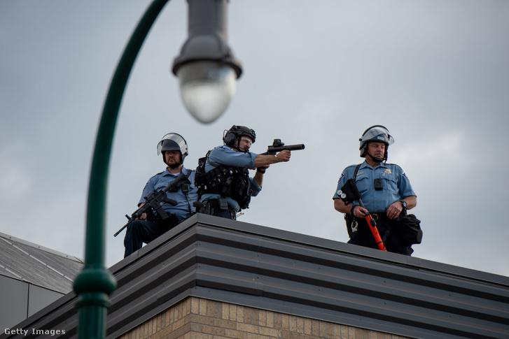 Rendőrök a megtámadott rendőrörs tetején