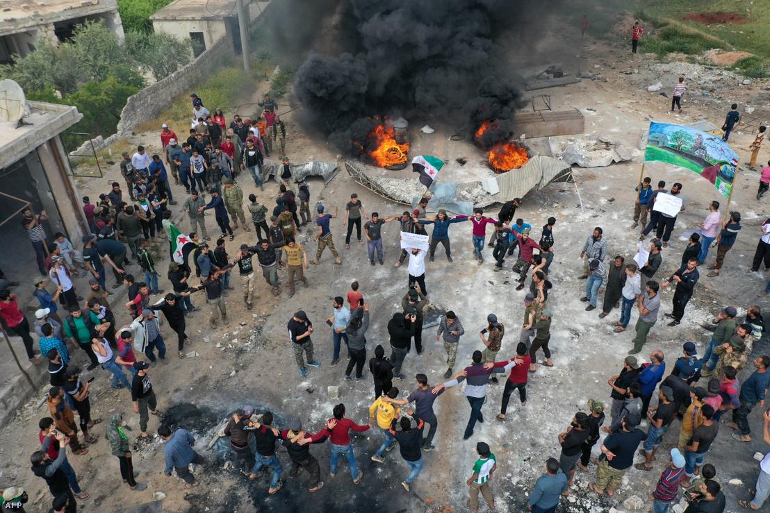 A Tahrír as-Sám által a környéken végrehajtott támadás ellen tüntetők a szíriai Idlibben 2020. május 1-én.