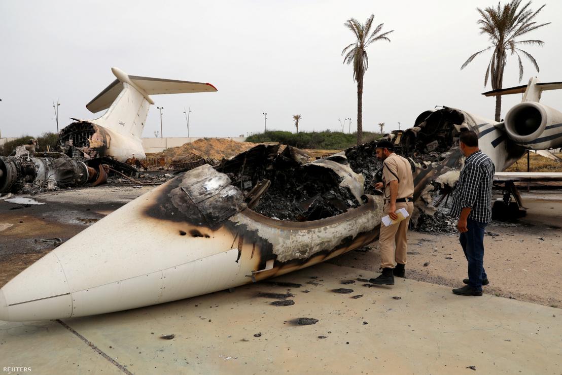 A helyi harcokban megsérült polgári repülőgép Tripoli repterén 2020. május 10-én