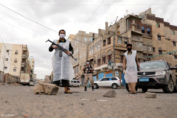 Fegyveres őrök Jemenben 2020. május 6-án