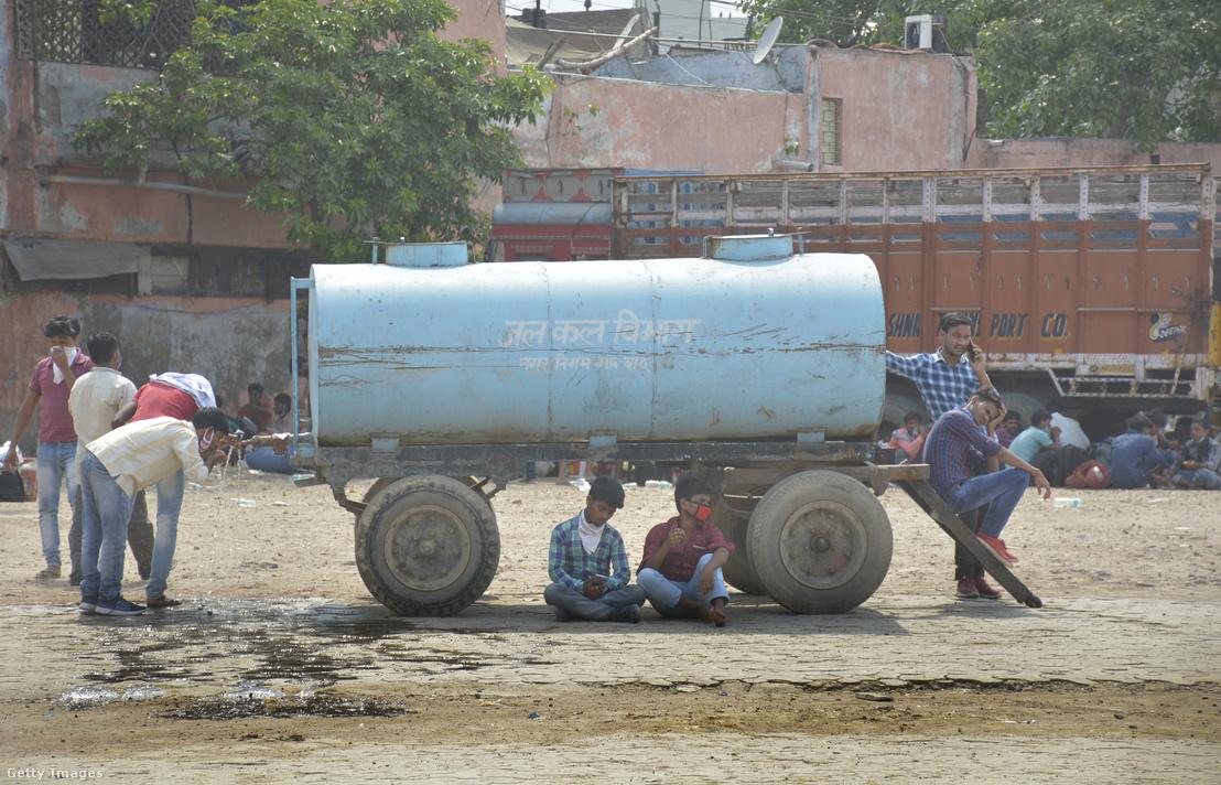 A nemzetközi lezárások miatt hazatérő munkavállalók 2020. május 17-én Ghaziabad városban, Indiában.