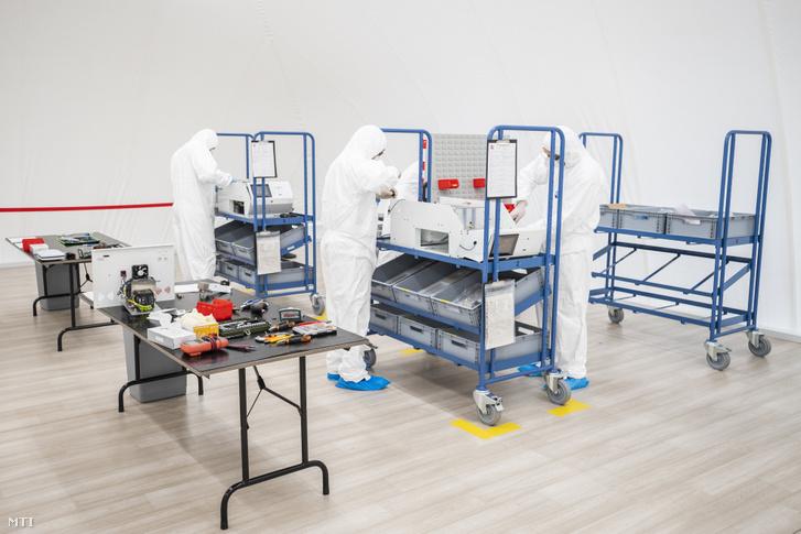 A BM Heros Zrt. technikusai lélegeztetõgépet szerelnek össze a cég kőbányai üzemcsarnokában felállított szűrt levegőjű sátorban 2020. május 28-án. A 450 négyzetméteres üzemcsarnokban és a benne lévõ sátorban 17 szakember dolgozik az állami tulajdonú zrt. a Budapesti Mûszaki és Gazdaságtudományi Egyetem által fejlesztett lélegeztetõgépének sorozatgyártásán.
