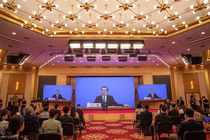 Vang Ji kínai külügyminiszter sajtótájékoztatója a kínai Országos Népi Gyűlés ülésszakán Pekingben 2020. május 24-én.