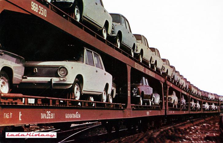 VAZ 2101-ek a speciálisan erre tervezett, két autó széles vagonokon. szállításra várva