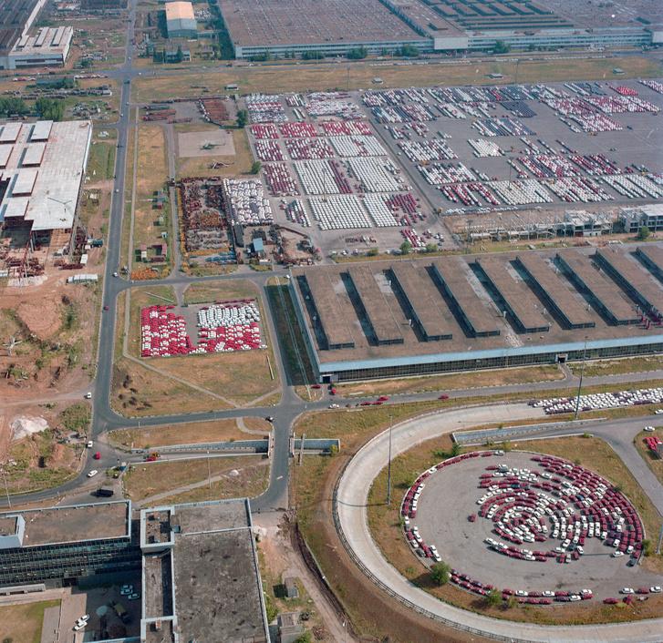Elkészült autók ezrei, szállításra várva a gyárudvaron