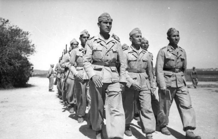 A Szabad Arab Légió katonái menetelnek kiképzésük idején (1943)