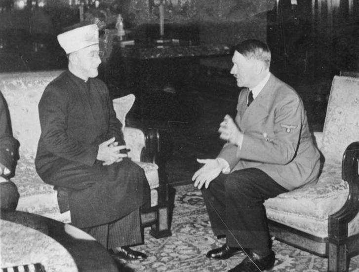Amin al-Husszeini (balra) beszélgetőpartnerével