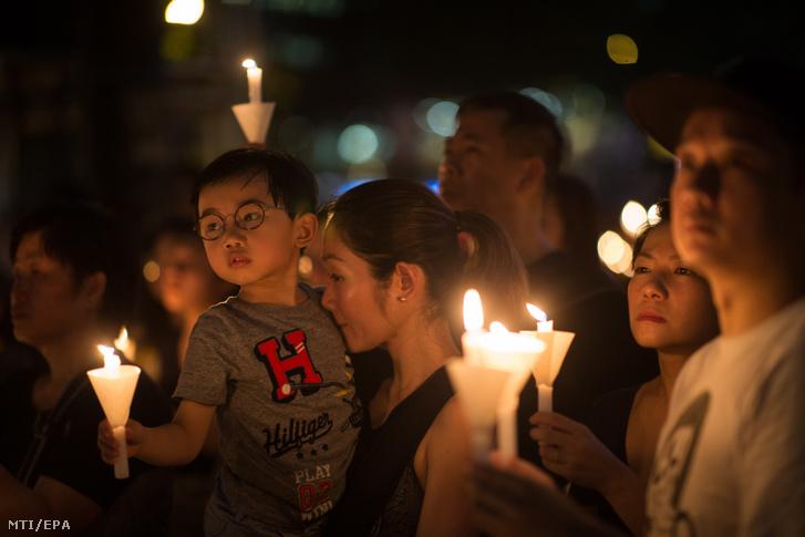 A Tienanmen téri mészárlás áldozatairól emlékeznek meg Hongkongban 2019. június 4-én.