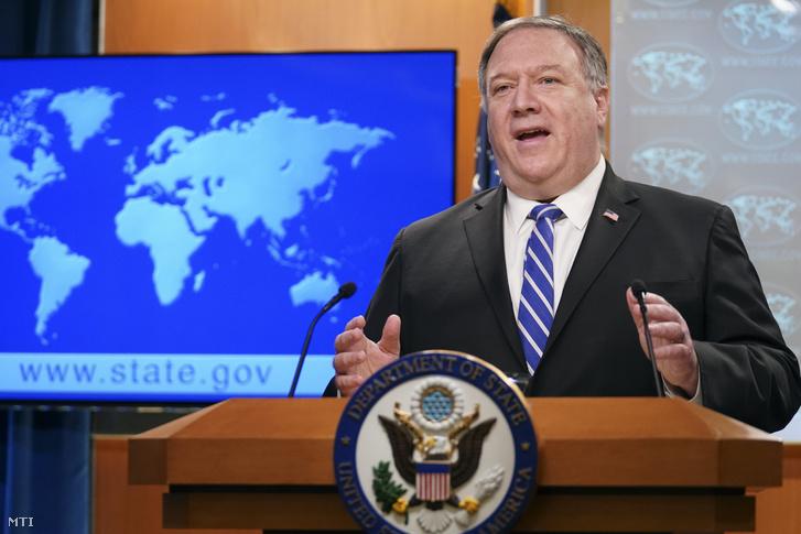 Mike Pompeo amerikai külügyminiszter sajtótájékoztatót tart a minisztérium washingtoni épületében 2020. május 6-án.