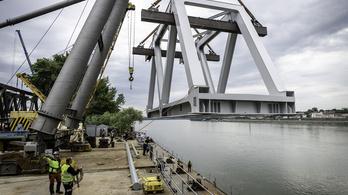 Hajóra emelték a Déli Körvasút Duna-hídjának első hídelemét