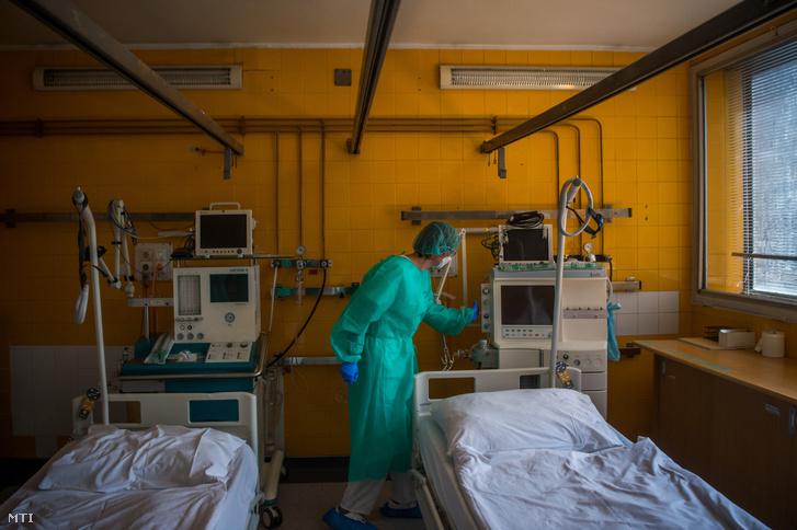 Védõfelszerelést viselõ orvos a koronavírussal fertõzött betegek fogadására kialakított Covid Ortopéd-Traumatológiai Osztályon a fõvárosi Szent János Kórházban