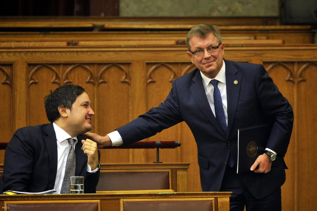 Matolcsy György a Magyar Nemzeti Bank elnöke beszámolója elmondása után elköszön Nagy Mártontól az MNB alelnökétől az Országgyűlés plenáris ülésén 2015. november 4-én.